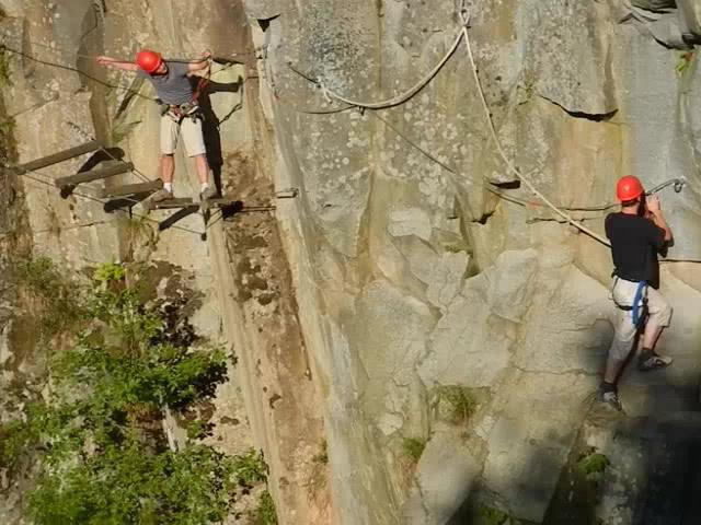 In der Kletterwand. Arcosphere Gerardmer Kletterpark.
