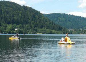 Badesee Lac de Longemer. Gelbe Tretboote.