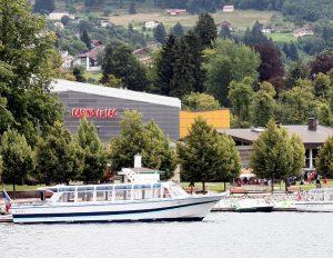 Bateau mouche devant le Casino. Lac de Gerardmer.