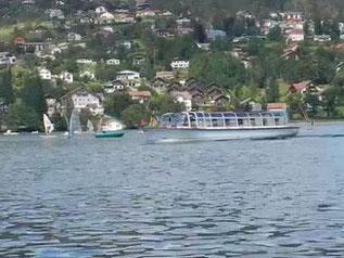 Besichtigungsbootauf dem See. Lac de Gerardmer.