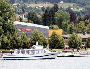 Besichtigungs-Boot vor dem Spiel-Casino. Lac de Gerardmer.