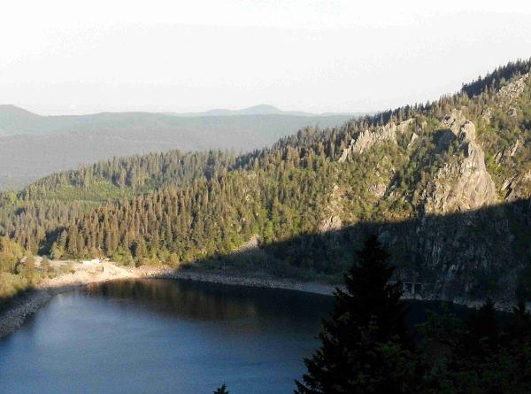 Der Felsen Chateau Hans und Blick auf den Lac Blanc.