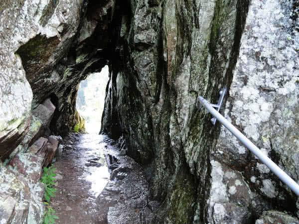 Felsenweg: Durchgang.