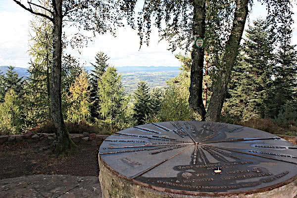 Keltensiedlung: Aussichtspunkt mit Windrose