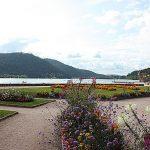 Lac de Gerardemer. Blumenreiche Uferpromenade.