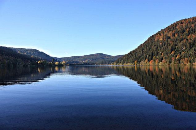 Lac de Longemer. Die Natur stellt sich auf den Winter ein.