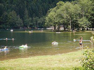 Lac de Longemer. Baigneurs au affluent.