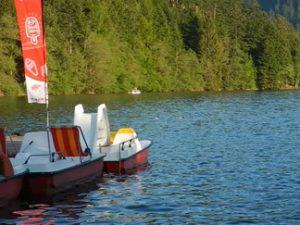 Lac de Longemer. Des pédalos rouges.