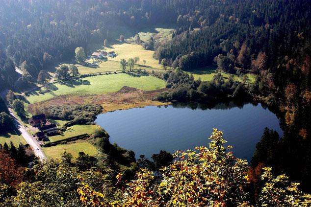 Lac de Retournemer vom Teufelsfelsen aus gesehen.