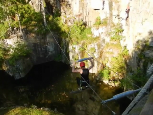 Mann an zwei Schwebeseilen. Acrosphere Gerardmer Kletterpark .