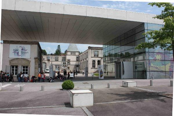 Das Museum befindet sich rechts im Glasgebäude, der Laden im Hintergrund.