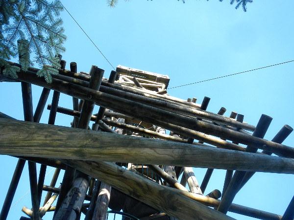 Der Berg ist 897, der Turm 15 m hoch und zudem mit 4 Stahlseilen gesichert.