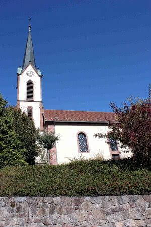 Eine Park-Möglichkeit vor der Pfarrkirche Gunsbach