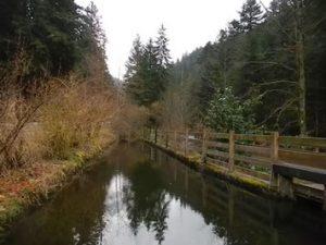 Reservoir am Ende des Kanals im Spät-Winter. Lancoir.