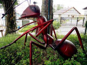 Riesige Ameisenmodelle: Ein Figur in 3D.