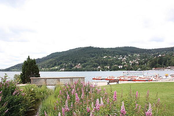 Rote Tretboote und kleine Holzbrücke. Lac de Gerardmer