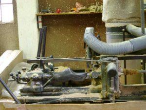 Saboterie des lacs. Herstellung eines Sabots mit einer Maschine.